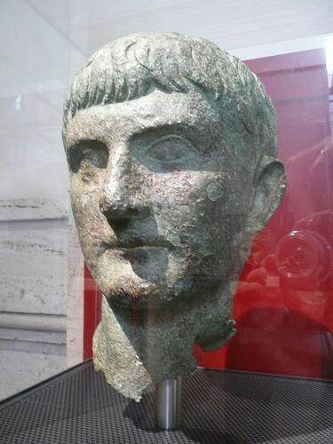 Alemanno confonde Germano con Germanico. Dicono sia fissato con la storia romana ma per lui a Roma non c'è storia